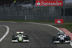 Jenson Button, Brawn GP y Nick Heidfeld, BMW Sauber F1 Team