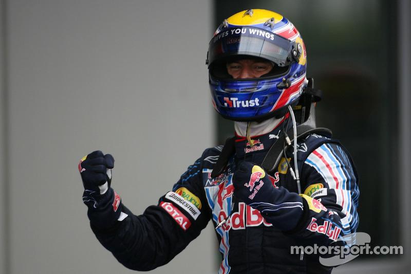 Yarış galibi Mark Webber, Red Bull Racing kutlama yapıyor