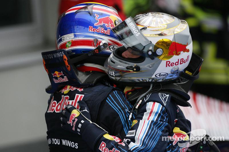 Yarış galibi Mark Webber, Red Bull Racing kutlama yapıyor ve Sebastian Vettel, Red Bull Racing