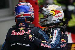 Ganador de la carrera Mark Webber, Red Bull Racing celebra con Sebastian Vettel, Red Bull Racing