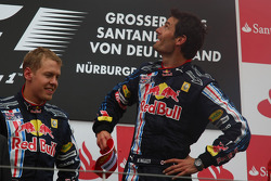 Podio: carrera ganador Mark Webber, Red Bull Racing y Sebastian Vettel, Red Bull Racing el segundo l