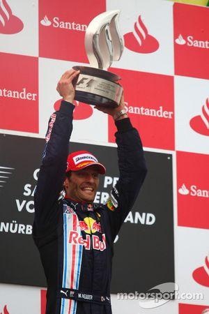Podio: ganador de la carrera Mark Webber, Red Bull Racing celebra