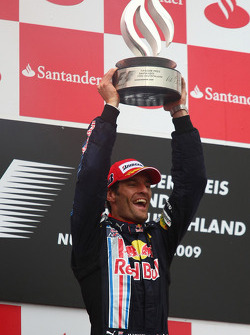 Podio: ganador de la carrera Mark Webber, Red Bull Racing celebra