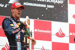 Podio: segundo lugar de Sebastian Vettel, Red Bull Racing celebra con champagne