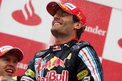 Podio: carrera ganador Mark Webber, Red Bull Racing celebra con champagne