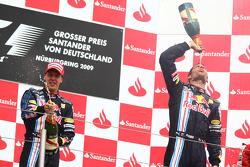Podio: ganador de la carrera Mark Webber, Red Bull Racing, segundo lugar de Sebastian Vettel, Red Bu