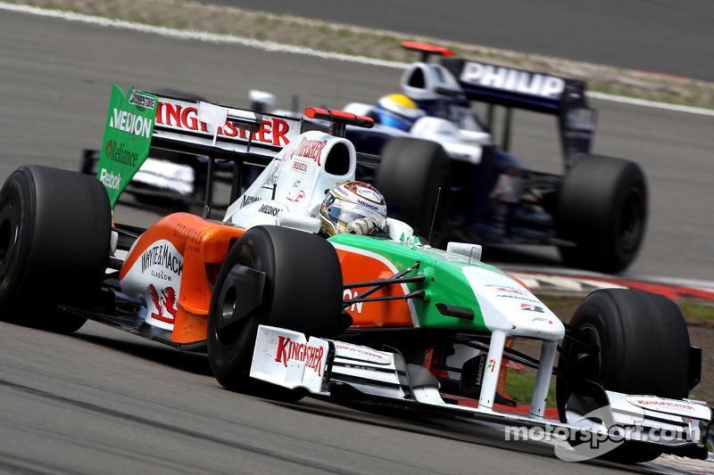 Правда, на трассе между ними еще располагались Адриан Сутиль из Force India и Росберг – оба предпочти стартовать с полными баками на более жестких шинах