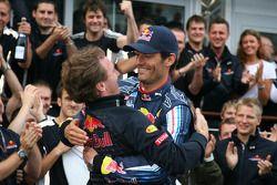 Ganador de la carrera Mark Webber, Red Bull Racing celebra con Christian Horner, Red Bull Racing, Di