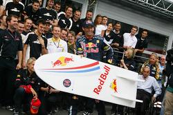 Ganador de la carrera Mark Webber, Red Bull Racing celebra con su equipo