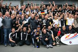 Ganador de la carrera Mark Webber, Red Bull Racing celebra con su equipo y Sebastian Vettel, Red Bul