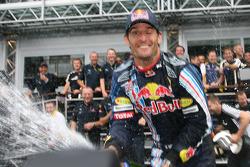 Ganador de la carrera Mark Webber, Red Bull Racing celebra con champagne