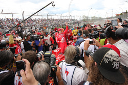 Race winner Dario Franchitti, Target Chip Ganassi Racing celebrates