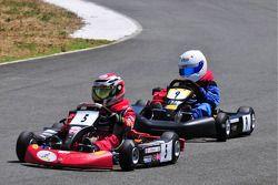 ميكا هاكينن وابنه هوغو في سباقات الكارتينغ