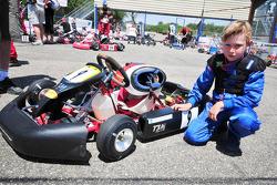 Mika Hakkinen en zoon Hugo in de karting