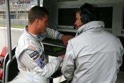 Разочарованный Ральф Шумахер, Team HWA AMG Mercedes, говорит с Герхардом Унгаром, AMG, после проигры
