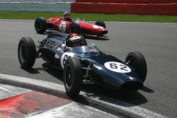 The leading duo: #62 Ian Ashley (GB) LDS Alfa Romeo Mk2, 1961, 1500cc; #1 John Harper (GB) Brabham BT4, 1962, 2700cc