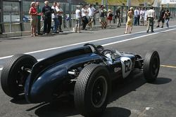 Waiting for the podium ceremony; fitted with an Alfa Romeo engine, the much Cooper-like LDS chassis is a remarquable piece of craftmanship, built in the RSA by local driver Louis Douglas Serrurier