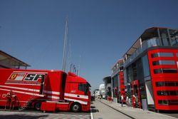 Ferrari Motorhome y trailer en el paddock