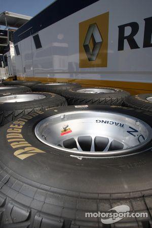 Bridgestone neumáticos de mojado frente de la camioneta de Renault