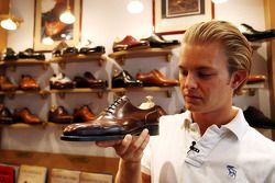 Nico Rosberg, Williams F1 Team, va a la tienda de zapatos Vass en Budapest para ver zapatos hechos a mano