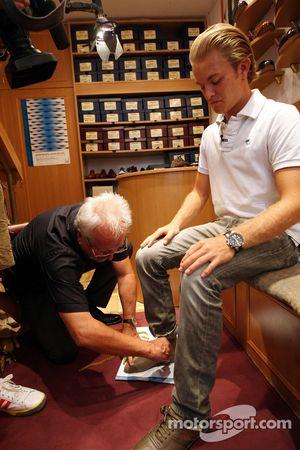 Nico Rosberg, Williams F1 Team, va a la tienda de zapatos Vass en Budapest para ver zapatos hechos a