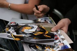 Los fans esperan por autógrafos