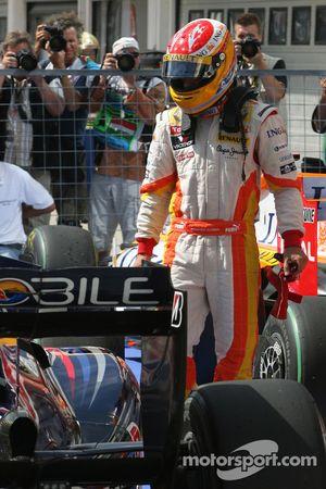 Ganador de la pole Fernando Alonso, Renault F1 Team intenta calcular el orden de clasificación final