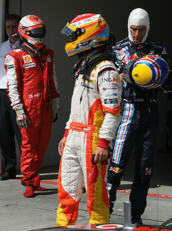 Pole winner Fernando Alonso, Renault F1 Team tries to figure the final qualifying order