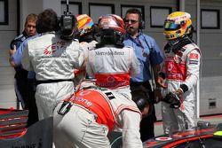Ganador de la pole Fernando Alonso, Renault F1 Team tries to figure the final qualifying order with