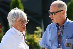 Bernie Ecclestone habla con el Dr. Gary Hartstein, delegado médico de la FIA