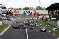 Старт: лидирует Фернандо Алонсо, Renault F1 Team
