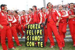 Los miembros del equipo Scuderia Ferrari muestran su apoyo a Felipe Massa