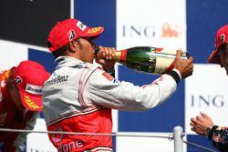 Podio: ganador de la carrera Lewis Hamilton, McLaren Mercedes, celebra con champagne