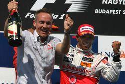 Podio: ganador de la carrera Lewis Hamilton, McLaren Mercedes, celebra con Martin Whitmarsh, Directo