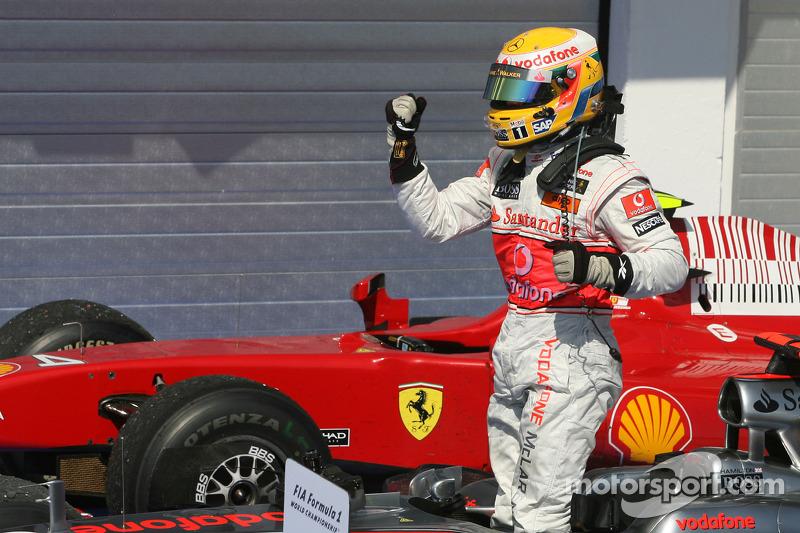 Yarış galibi Lewis Hamilton, McLaren Mercedes, kutlama yapıyor