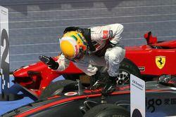 Le vainqueur Lewis Hamilton, McLaren Mercedes, fête sa victoire