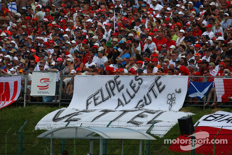Torcedores prestam tributo a Felipe Massa