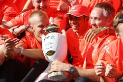 Celebración de la victoria de McLaren Mercedes: ganador de la carrera Lewis Hamilton celebra con los