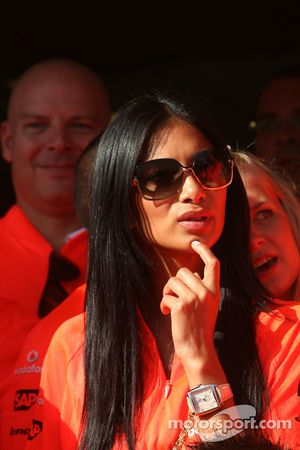 Celebración de la victoria de McLaren Mercedes: Nicole Scherzinger, cantante de las Pussycat Dolls y novia de Lewis Hamilton
