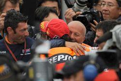 Ganador de la carrera Andrea Dovizioso, del equipo Repsol Honda celebra