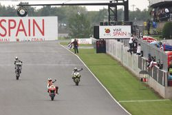 Andrea Dovizioso, del equipo Repsol Honda se lleva la bandera a cuadros delante de Colin Edwards y R