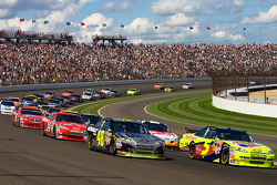 Restart: Mark Martin, Hendrick Motorsports Chevrolet and Jimmie Johnson, Hendrick Motorsports Chevro