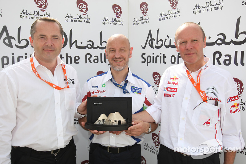 Simon Long presented the Abu Dhabi Spirit of the Rally award to Gerard Quinn and Olivier Quesnel, af