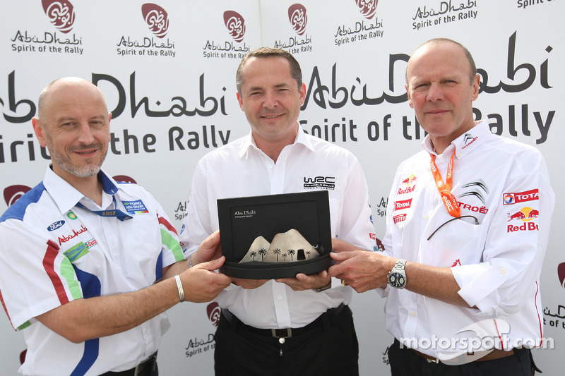 Simon Long presented the Abu Dhabi Spirit of the Rally award in Finland to Gerard Quinn and Olivier
