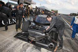La Chevrolet Crawford de Rob Finlay et Andy Wallace dans les stands avec des dégâts