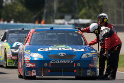 Race is stopped after the crash of Sam Hornish Jr., Penske Racing Dodge and Jeff Gordon, Hendrick Motorsports Chevrolet: Max Papis, Germain Racing Toyota