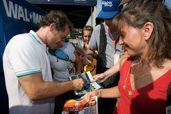 Жак Вильнёв раздает автографы