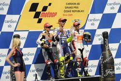 Podio: Valentino Rossi, Fiat Yamaha Team, ganador de la carrera, segundo lugar equipo de Repsol Hond