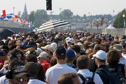 Une foule massive sur la grille de départ