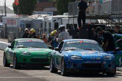 #146 Freedom Autosport Mazda MX-5: Andrew Carbonell, Rhett O'Doski et #145 Freedom Autosport Mazda MX-5: Tom Long, Derek Whitis